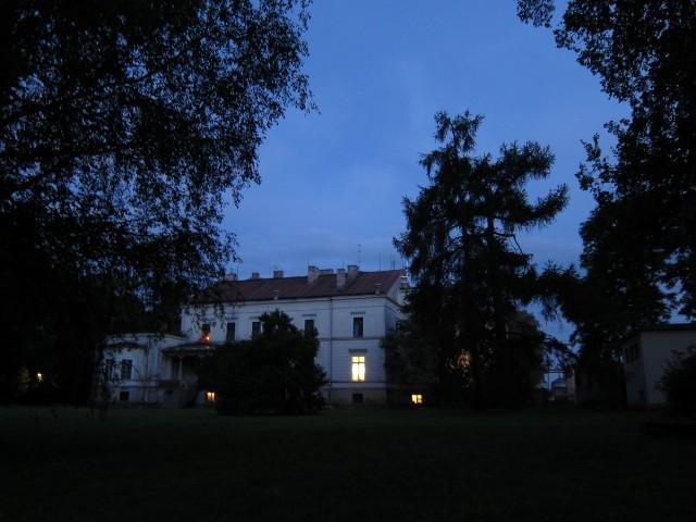 zwieńczeniem dnia było oczywiście ognisko... pałac od strony niego, fot. Robert Klasiński
