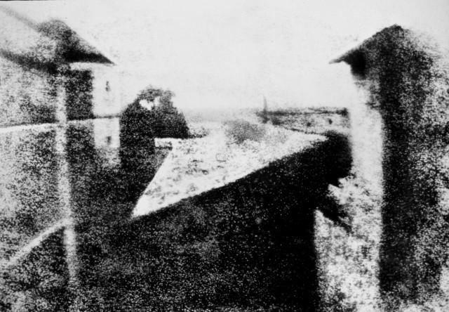 Widok z okna w Le Gras – pierwsza, udana, trwała fotografia wykonana przez Nicéphore Niépce w 1826, naświetlana była 8 godzin